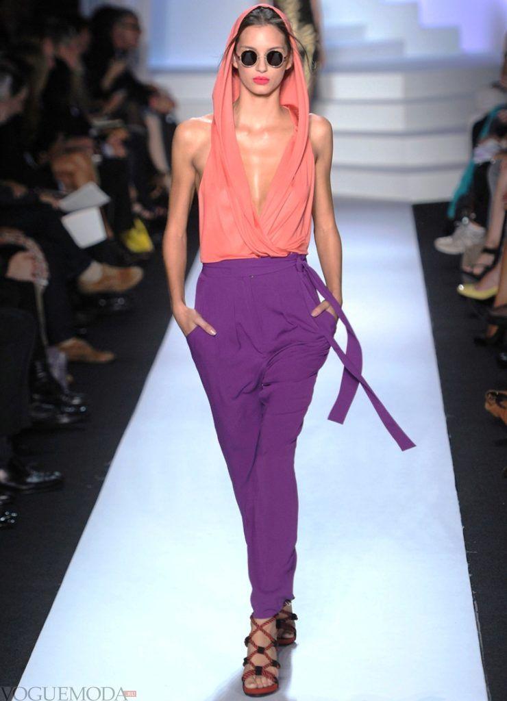 фиолетовые брюки под розовую блузку с капюшоном
