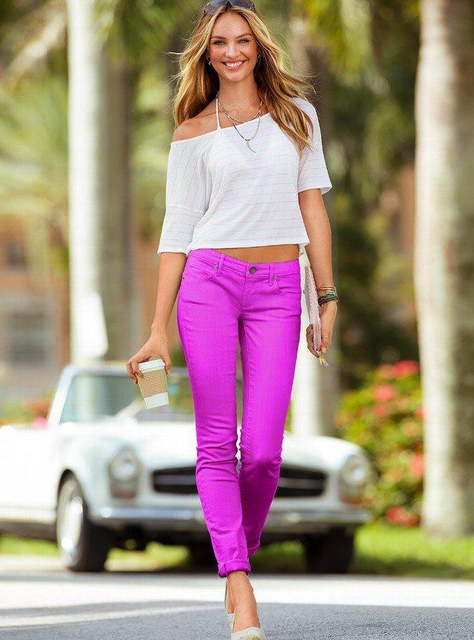 фиолетовые короткие штаны под блузку белую