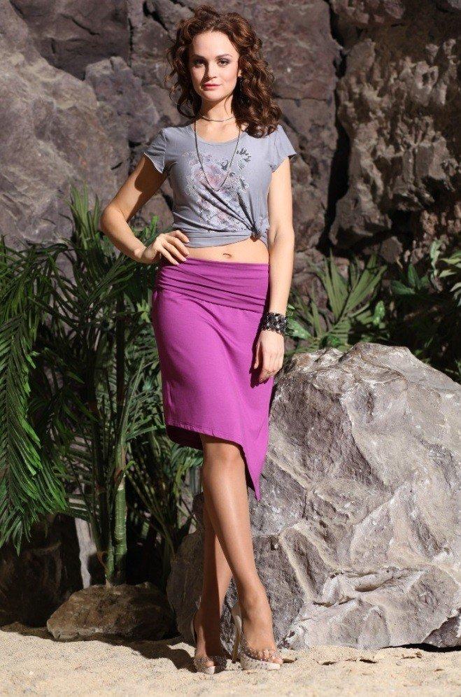 фиолетовая юбка под серую футболку