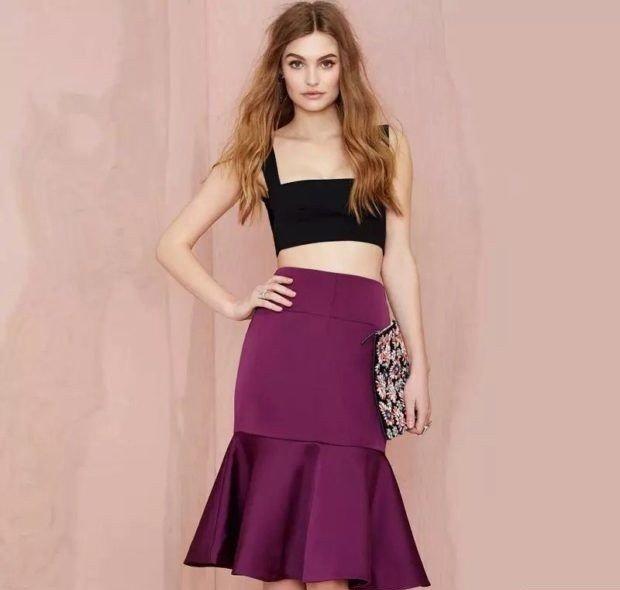 фиолетовая юбка под топ черный короткий