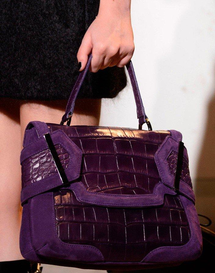 фиолетовая сумка под крокодила под черную одежду
