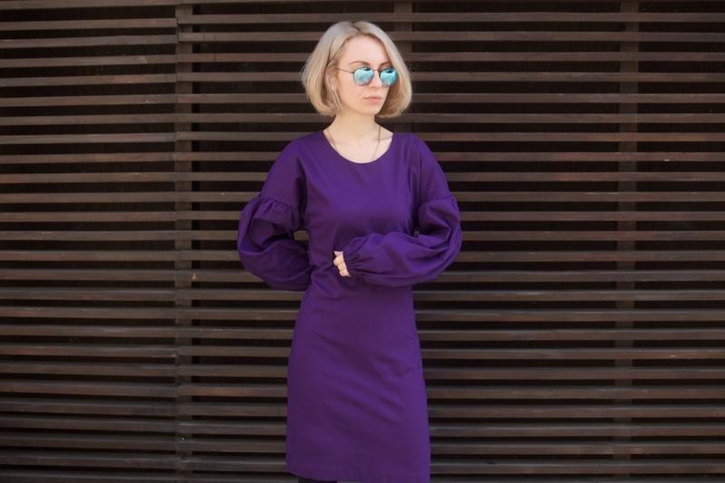фиолетовое платье с широкими рукавами