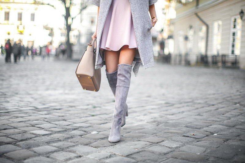 С чем носить ботфорты без каблука серого цвета
