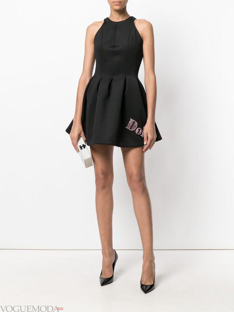 стильное платье жесткого силуэта черное