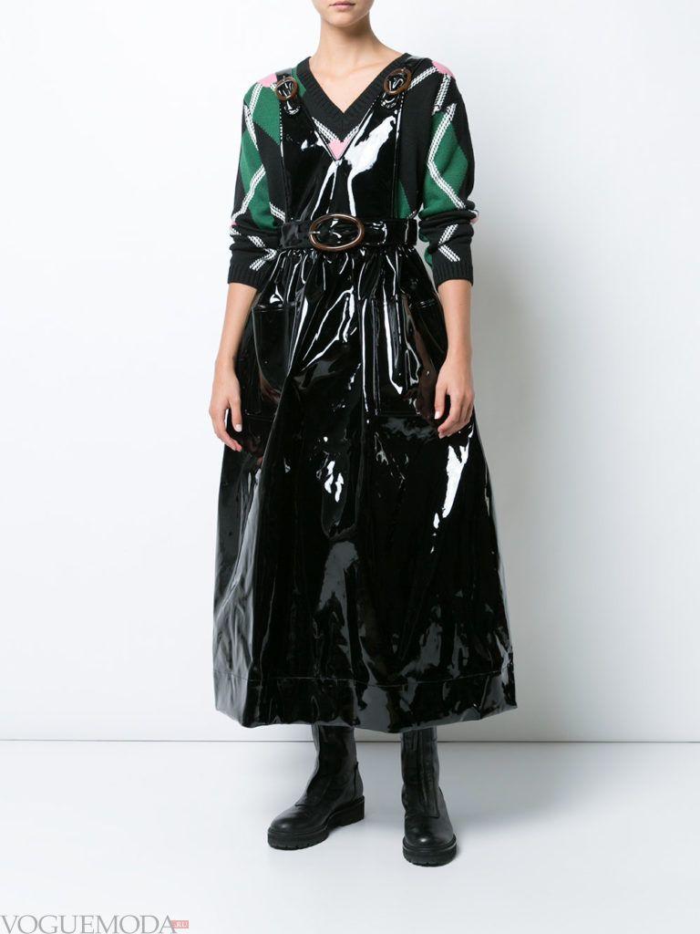 стильное платье жесткого силуэта блестящее