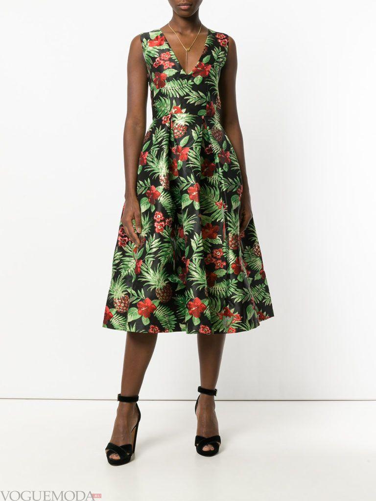 стильное платье жесткого силуэта с принтом