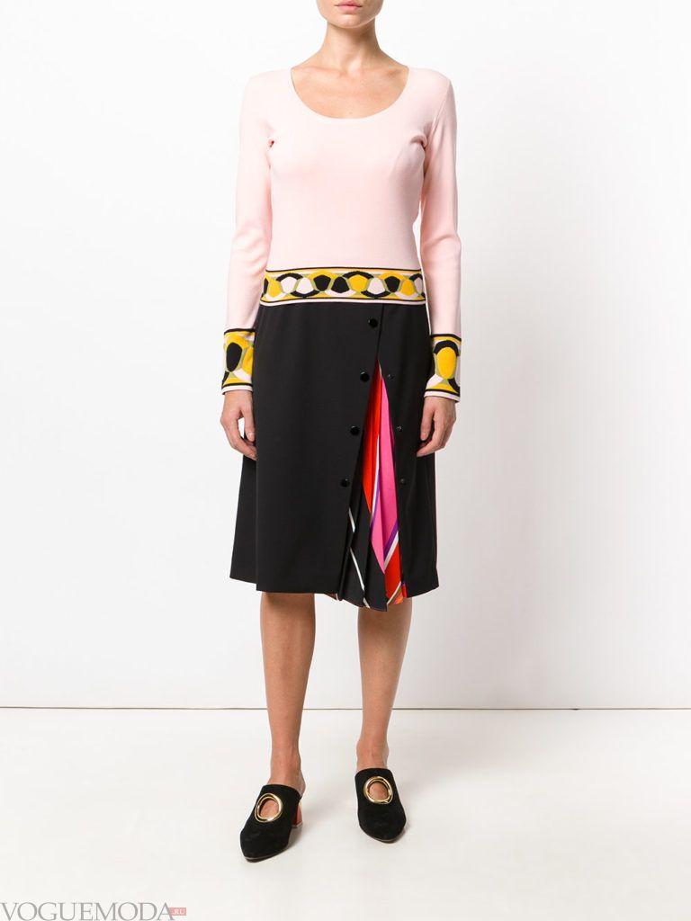 уличная мода на плиссированная юбка темная