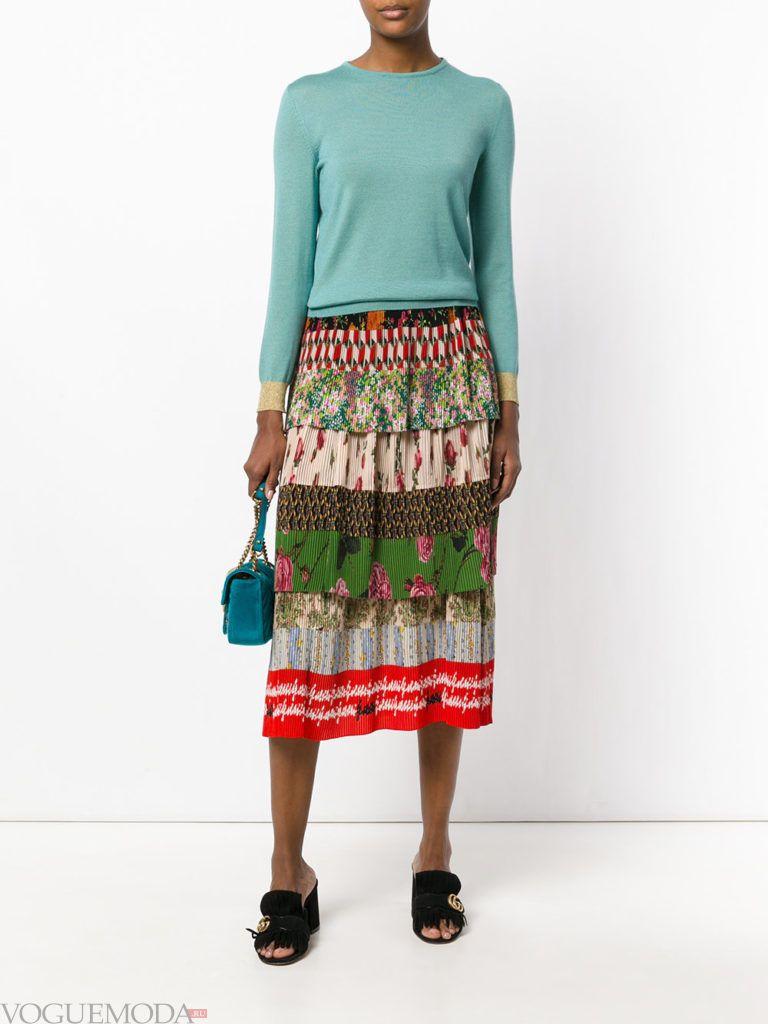уличная мода на плиссированная юбка с принтом