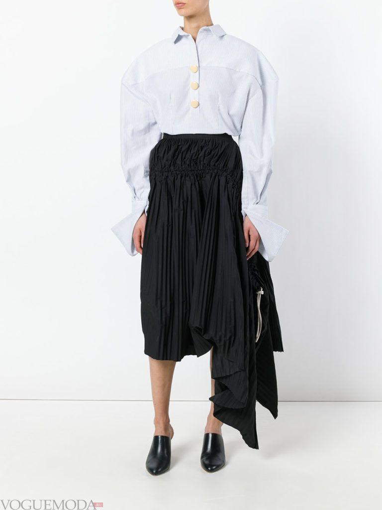 уличная мода на плиссированная юбка черная
