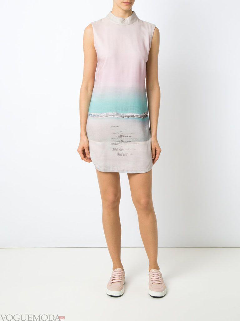 уличная мода короткое платье с кедами