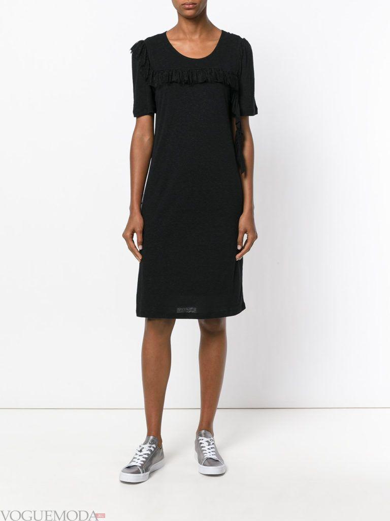 уличная мода черное платье с кедами