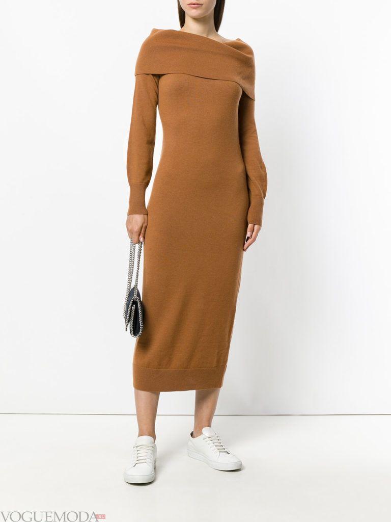 уличная мода бежевое платье с кедами