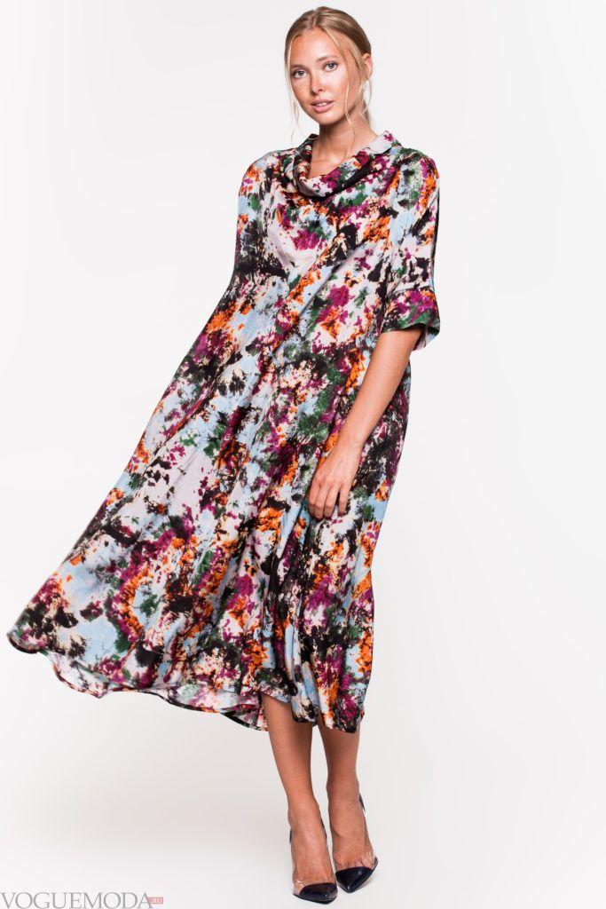 модное уличное платье с принтом