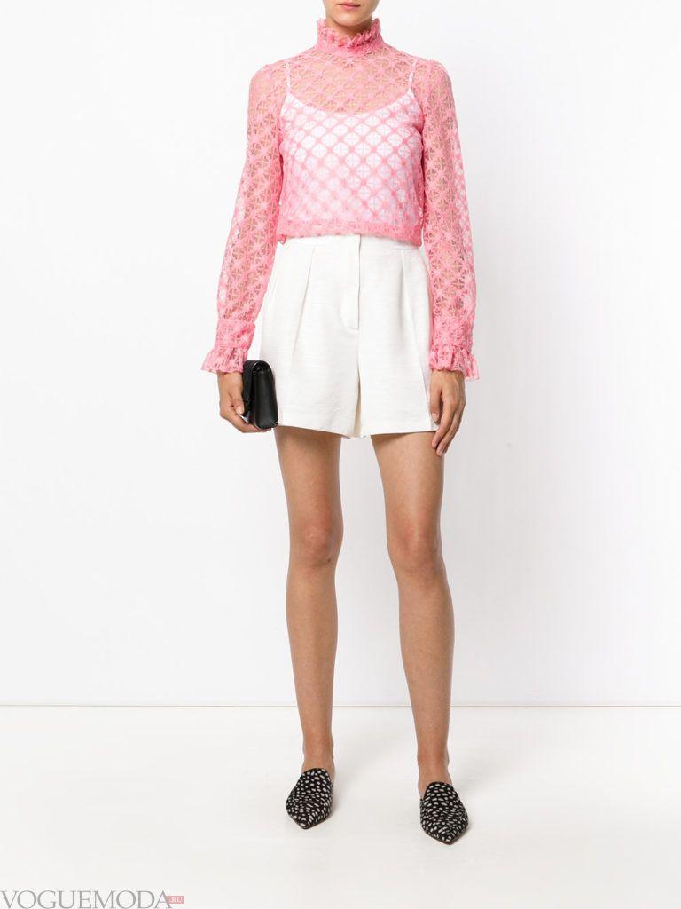 модный лук с прозрачной розовой блузкой