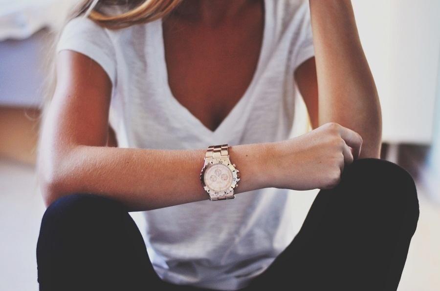 классические женские часы: золотые массивные