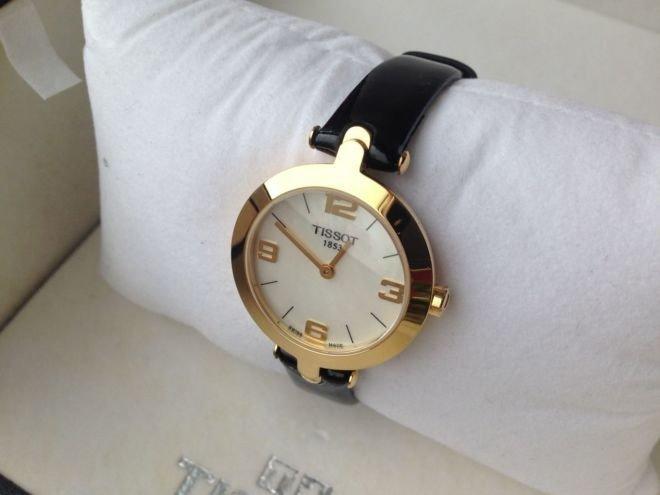 классические женские часы: круглые золотые с черным ремнем