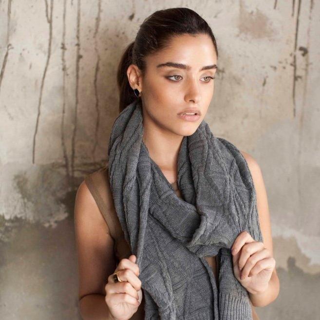 как красиво завязать шарф серый