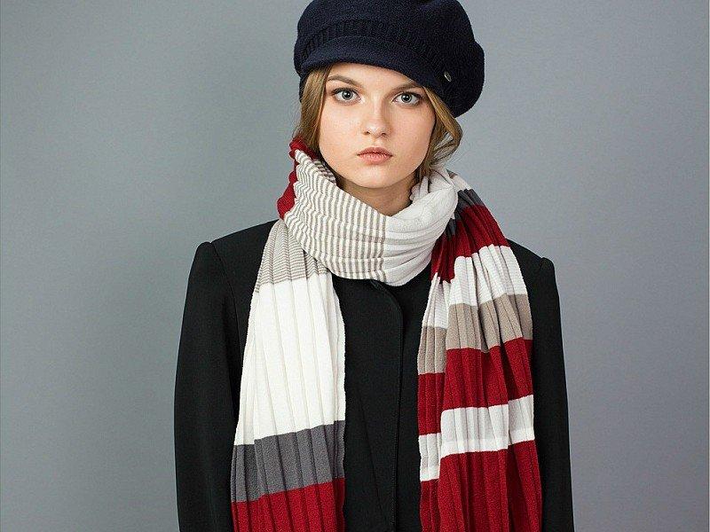 как красиво завязать шарф под пальто полосатый