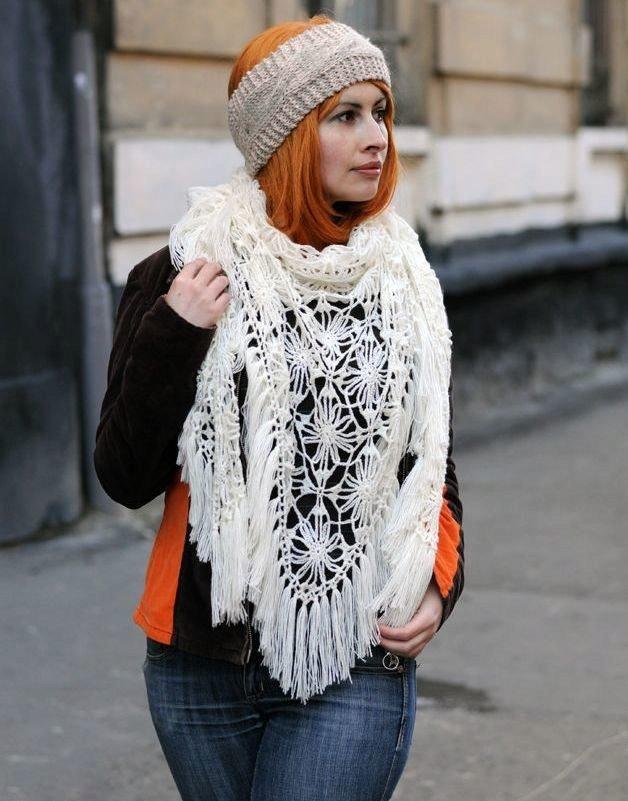 как красиво завязать шарф под пальто белый в узор вязаный