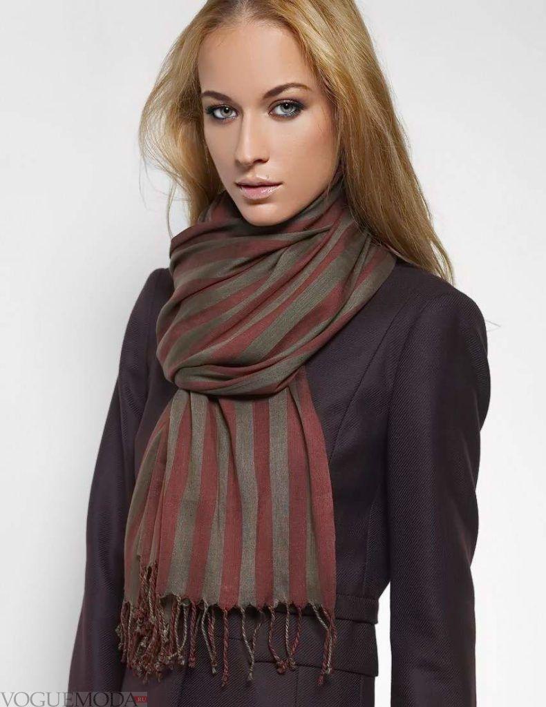 как красиво завязать шарф под пальто красный с серым полоска