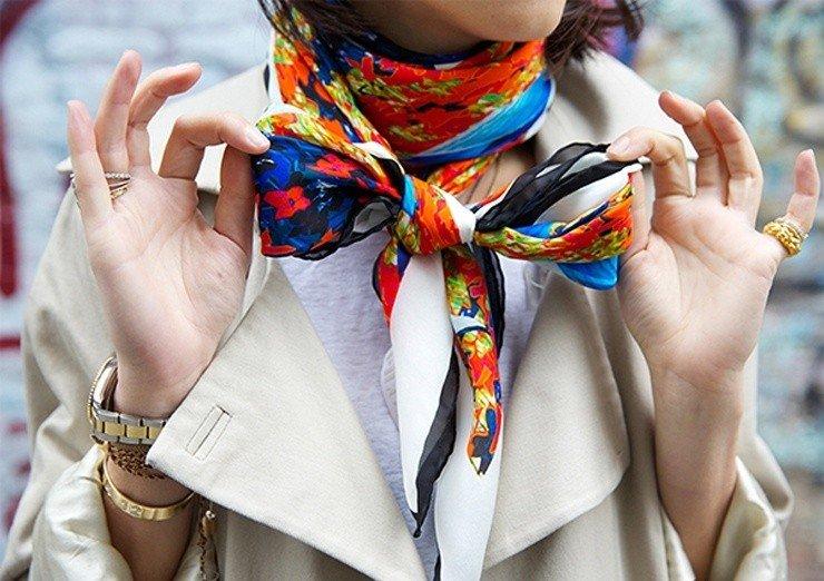 как красиво завязать шарф под пальто шелковый яркий