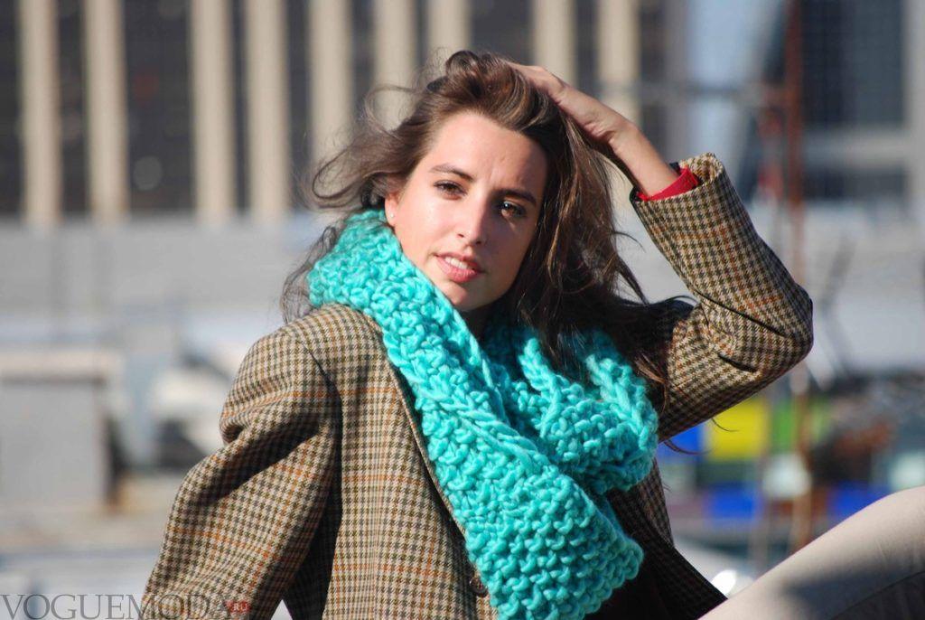 как красиво завязать шарф под пальто хомут голубой