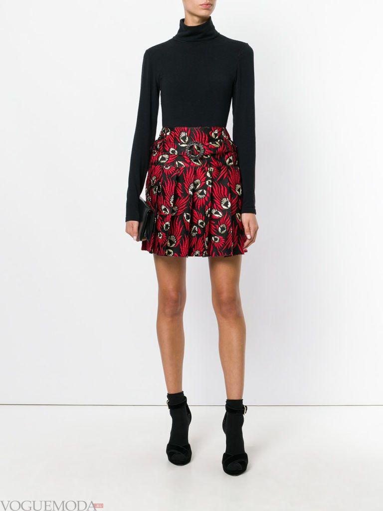 красная юбка с черным гольфом