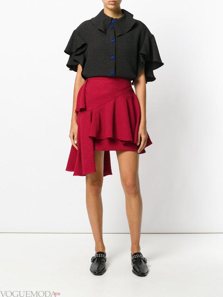 красная юбка с черным топом
