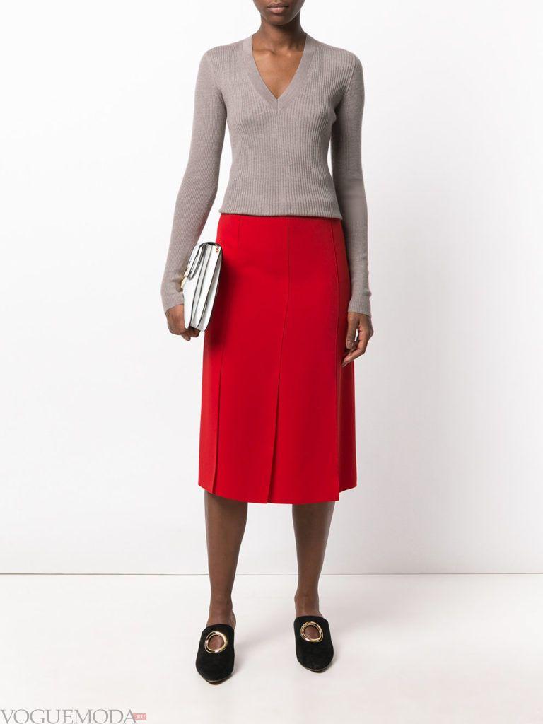 красная юбка с серым свитером
