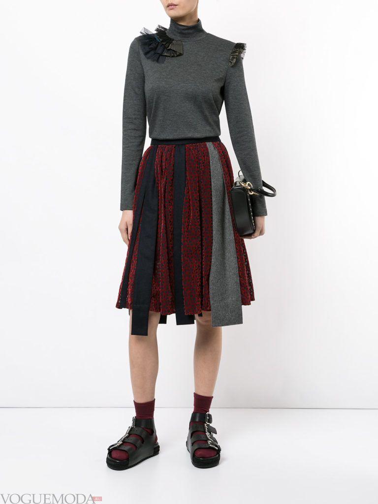 красная юбка с серым гольфом