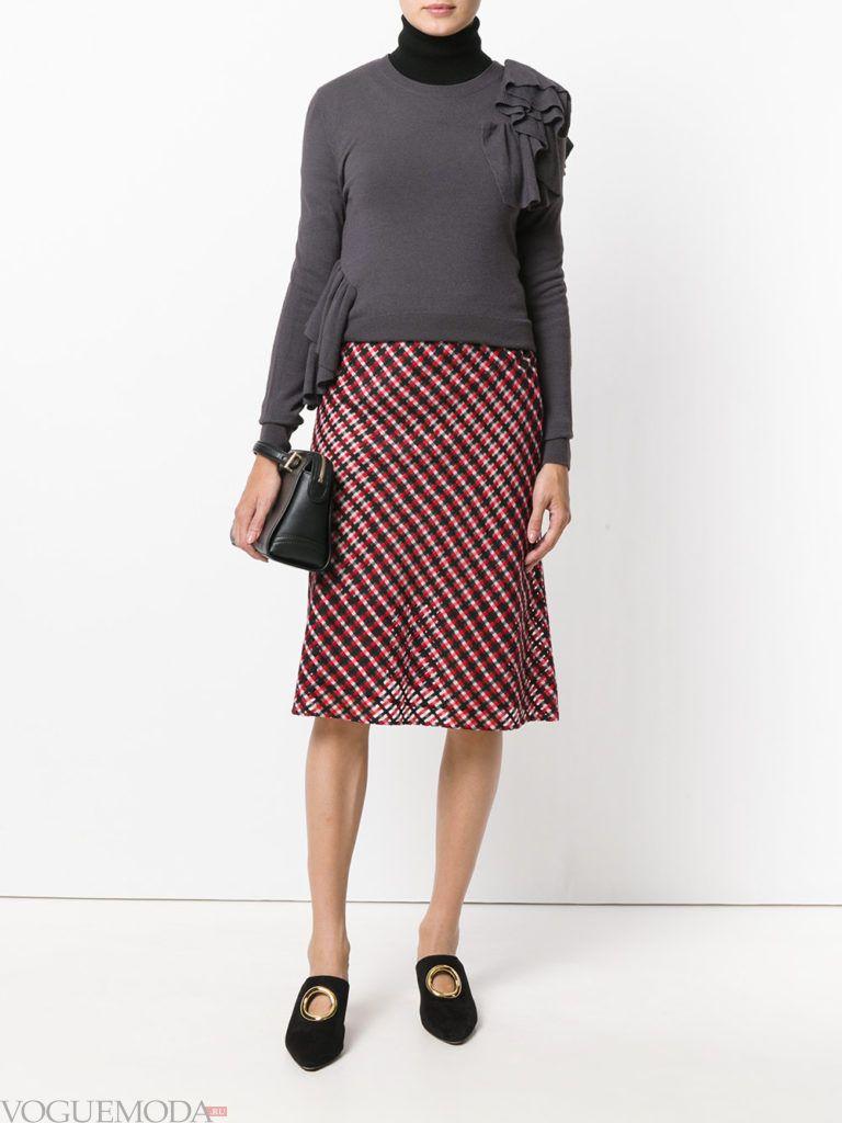 красная юбка с серой вещью