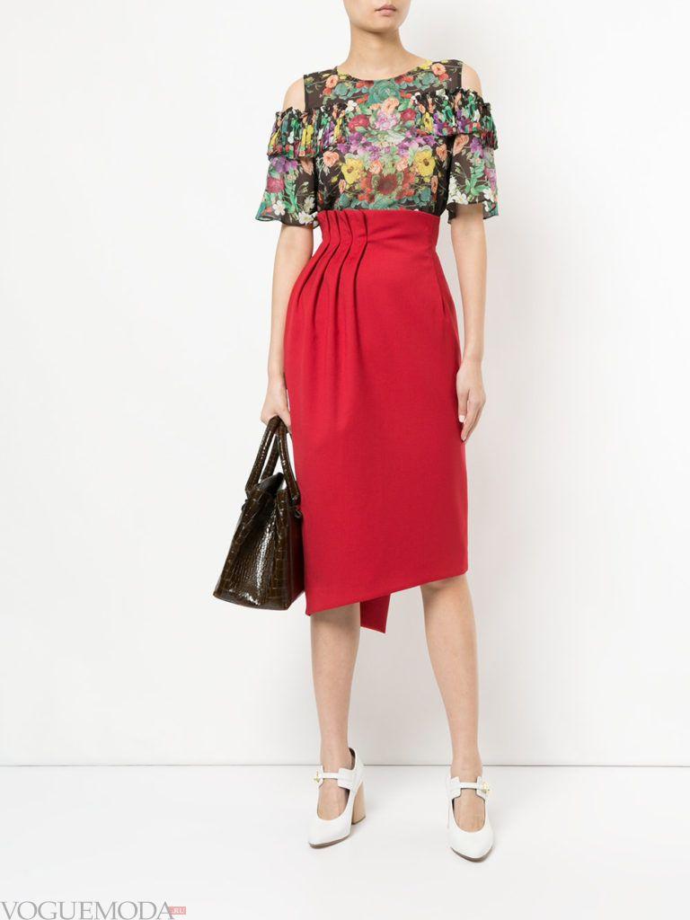 красная юбка с цветочным верхом