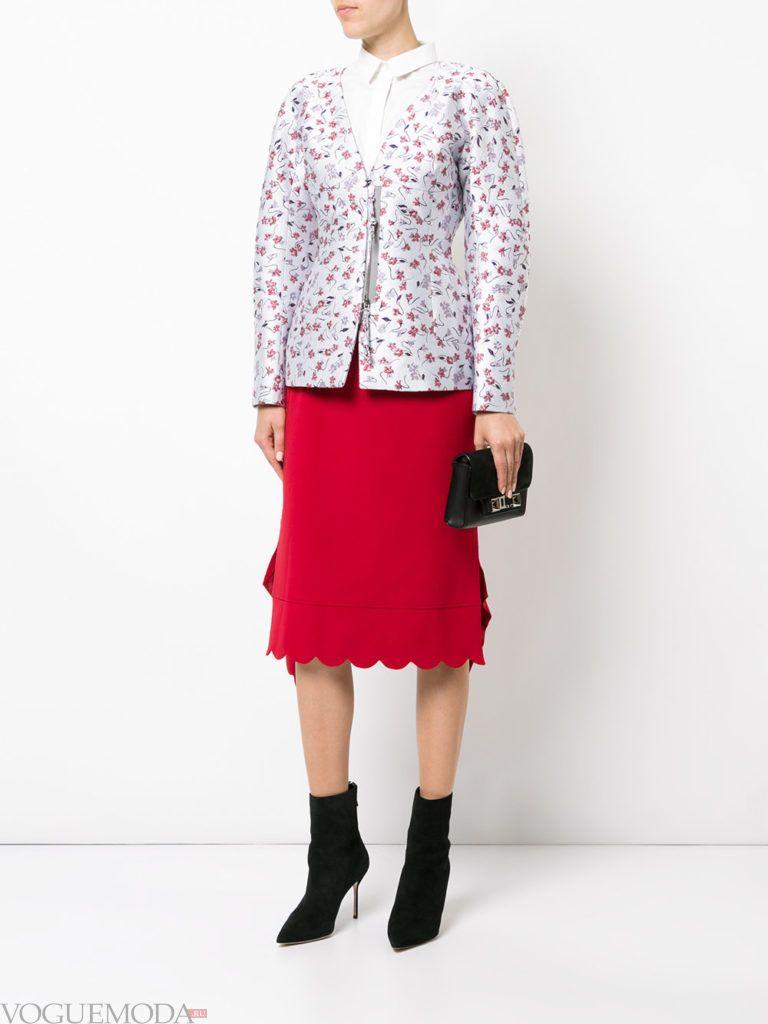 красная юбка с цветочным пиджаком