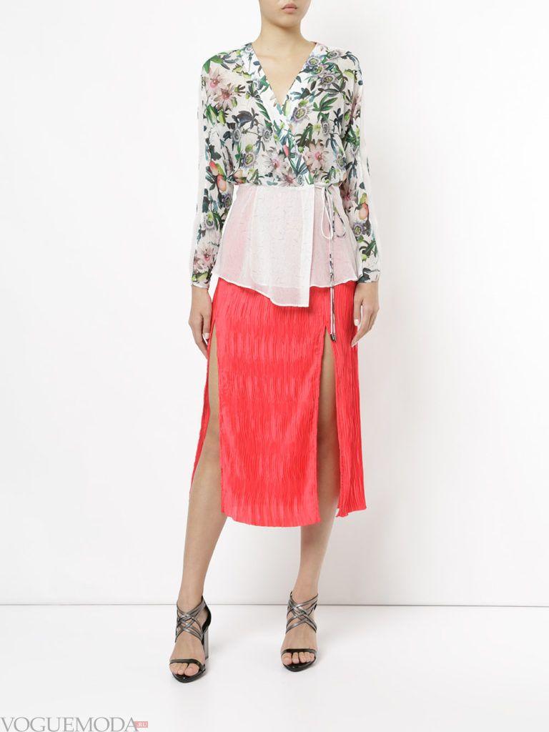 красная юбка с цветочной блузой