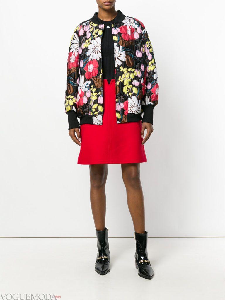 красная юбка с цветочным бомбером