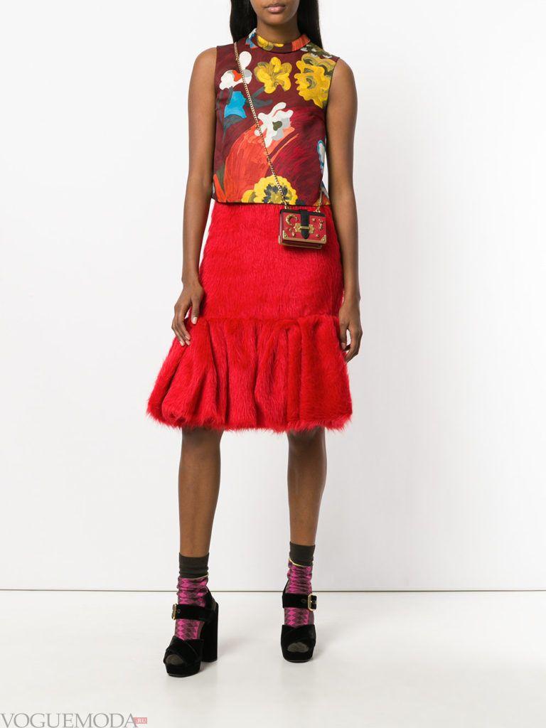 красная юбка с цветочным топом