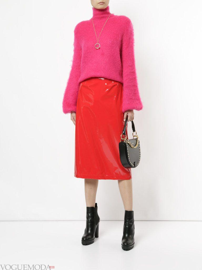 красная юбка с розовым свитером