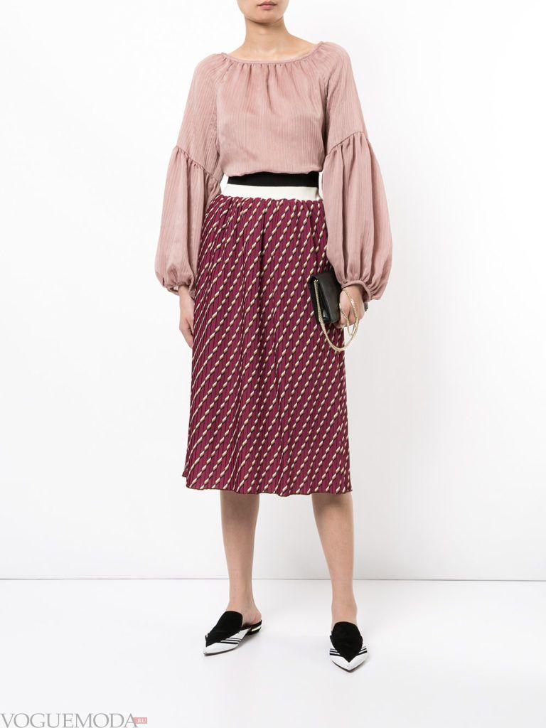 красная юбка с розовой блузкой