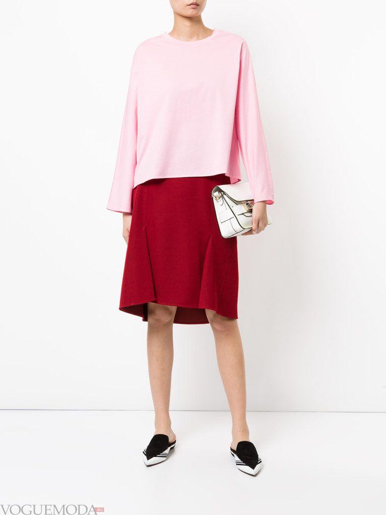 красная юбка с розовой блузой