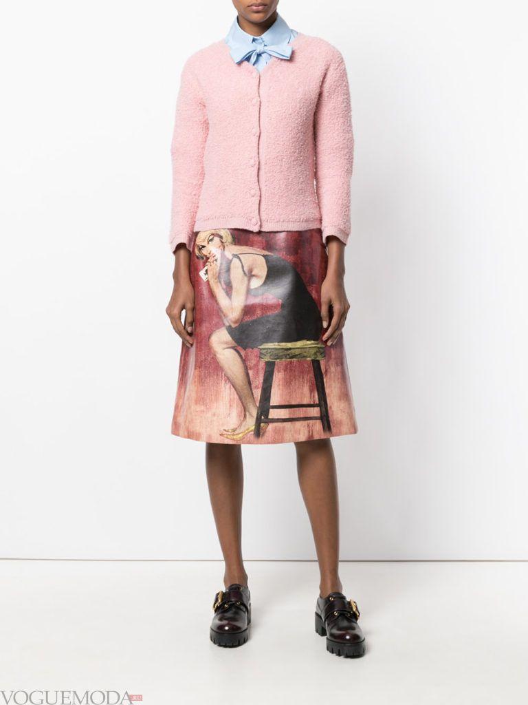 красная юбка с розовым кардиганом