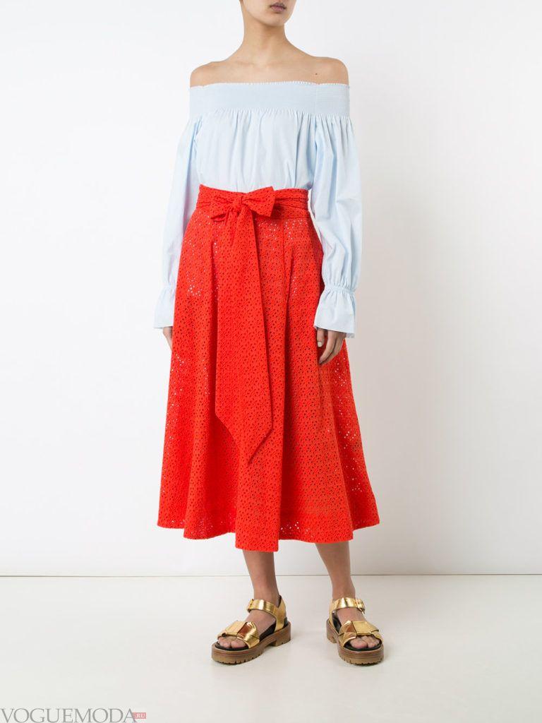 красная юбка с синей блузкой