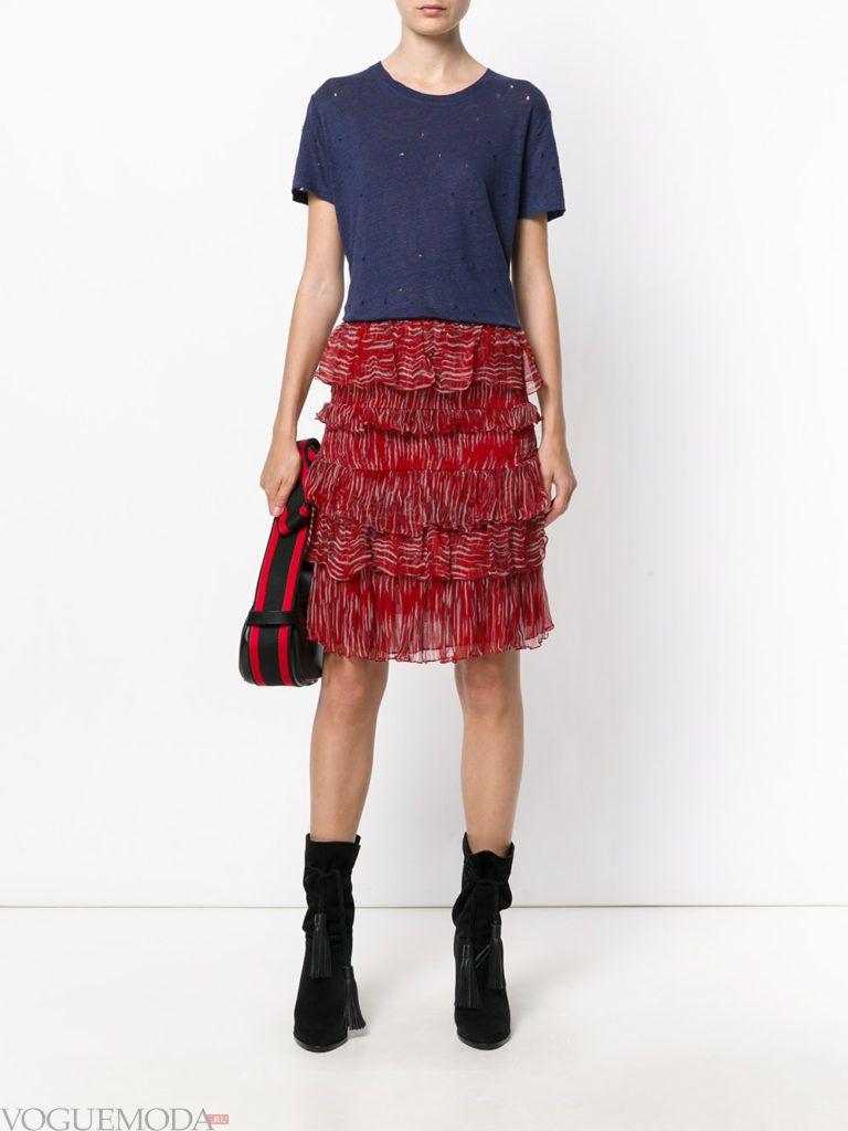 красная юбка с синей футболкой
