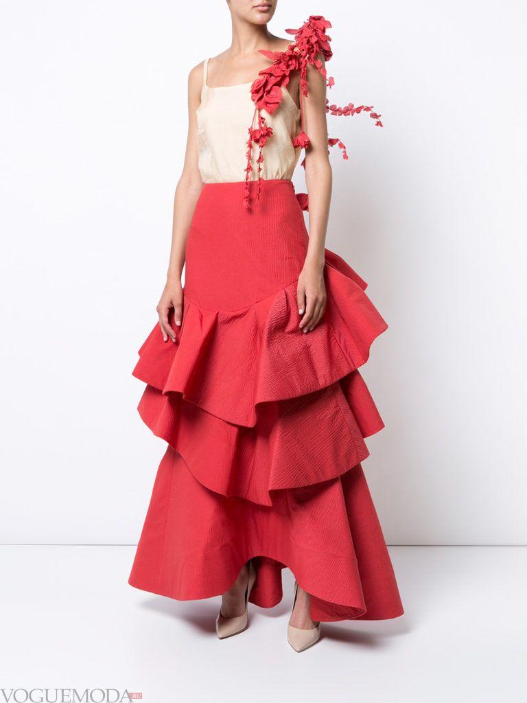 красная юбка с бежевым топом