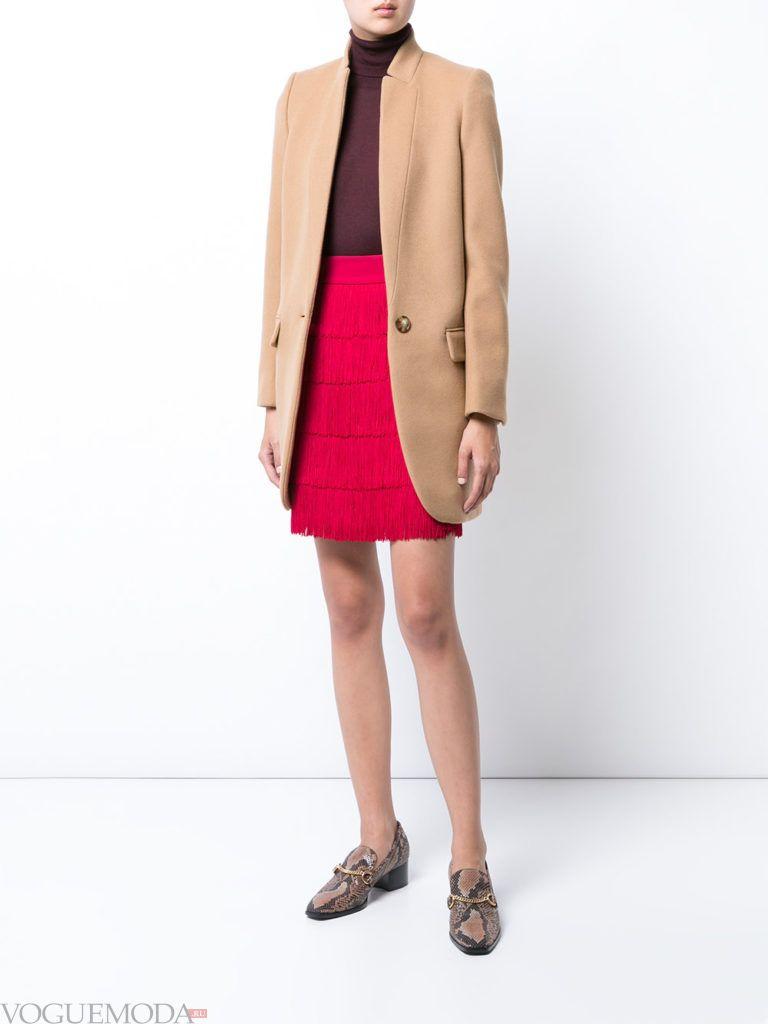 красная юбка с бежевым пиджаком