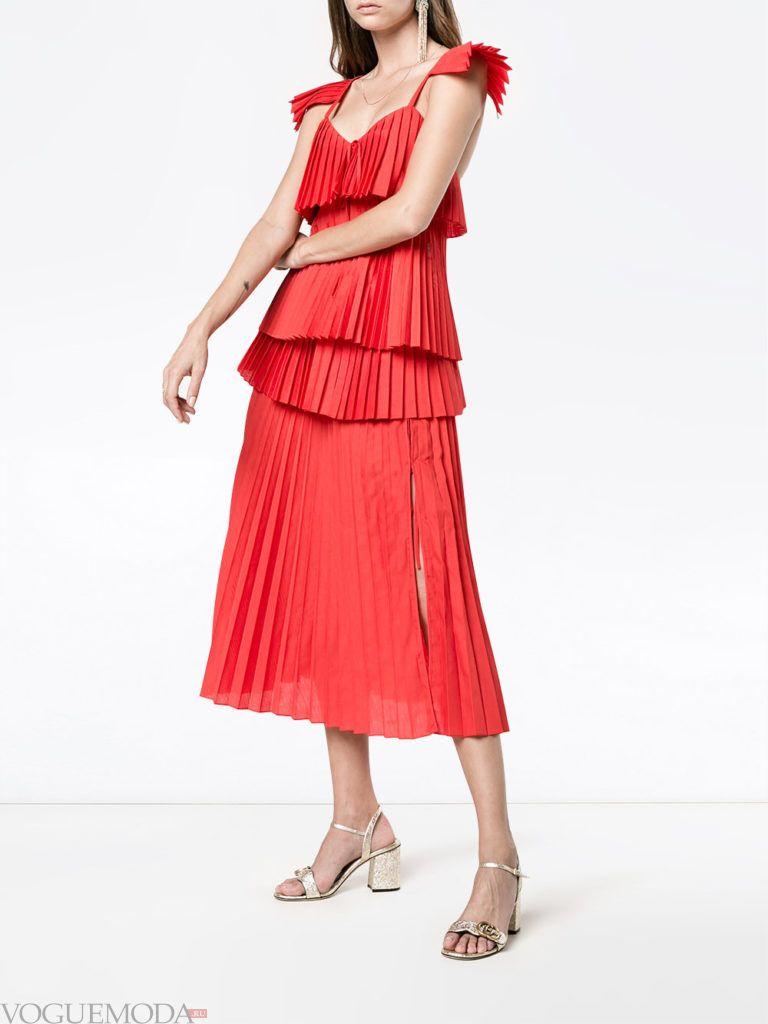 образ с красной юбкой плиссе