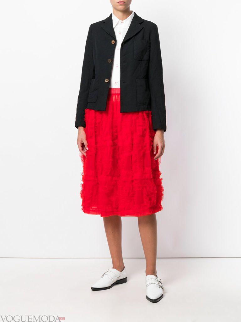 образ с красной юбкой миди