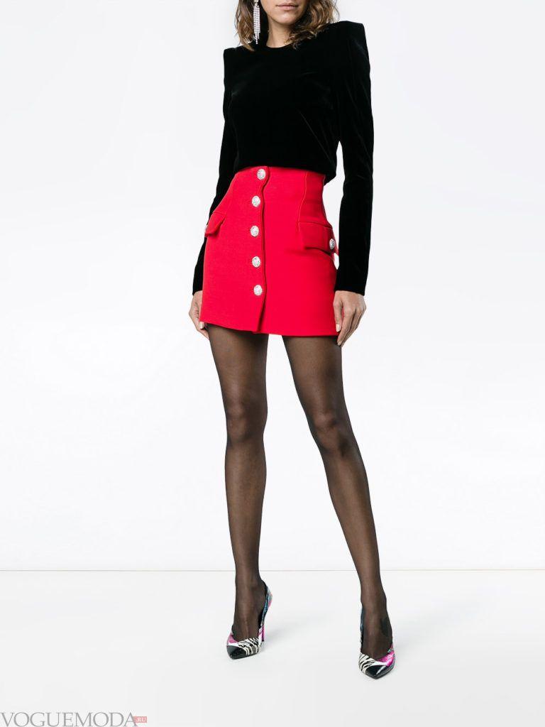 образ с красной мини юбкой