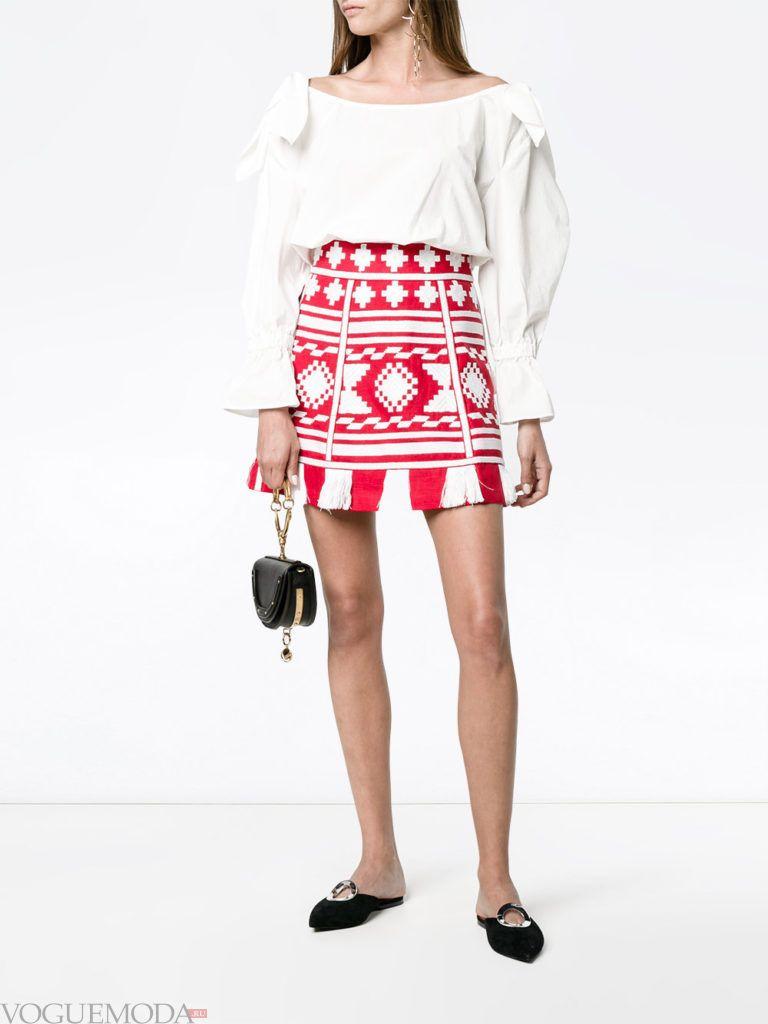 красная юбка с белой блузой