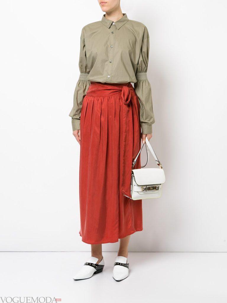 красная юбка с туфлями