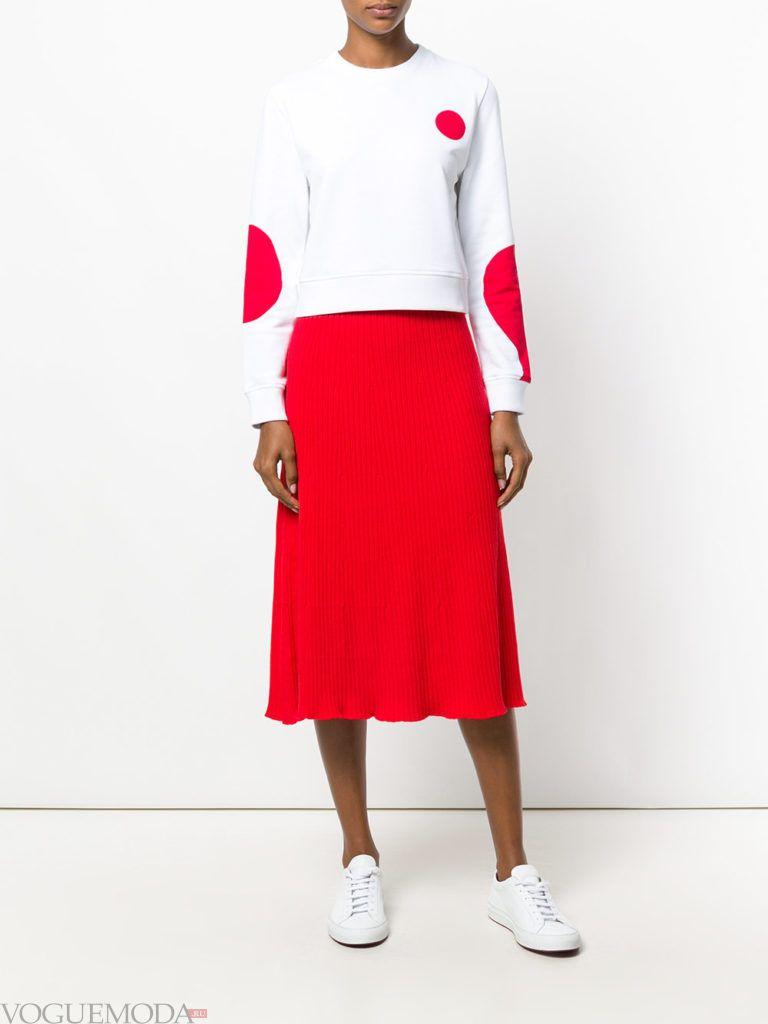 красная юбка яркая